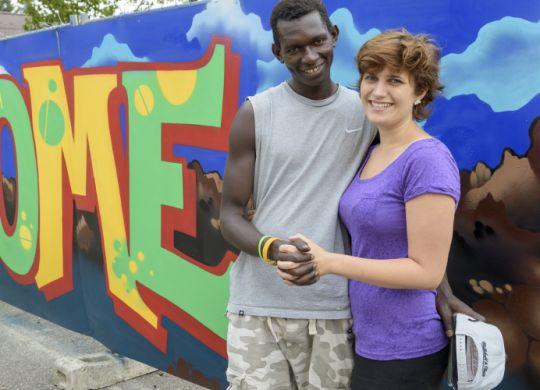 """Abdoulie Manneh aus Gambia und seine Freundin Doris Mayer wollen gegen seine drohende Abschiebung nach Italien und gegen """"Dublin"""" kämpfen.  Foto: Philipp Rothe, 10.08.2015"""
