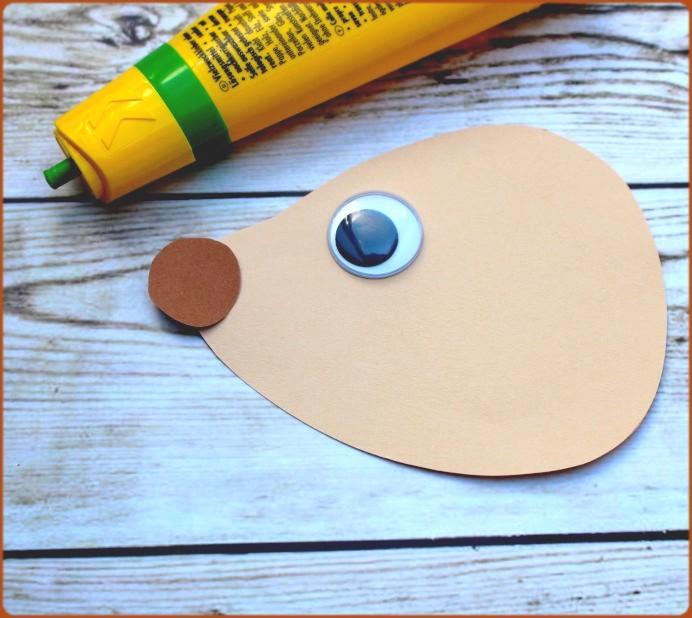 Augen und NAse auf Papier aufkleben DIY