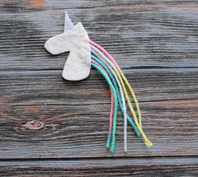 3. Schritt DIY Einhorn Pappe auf Kopf festkleben Unicorn basteln (1)