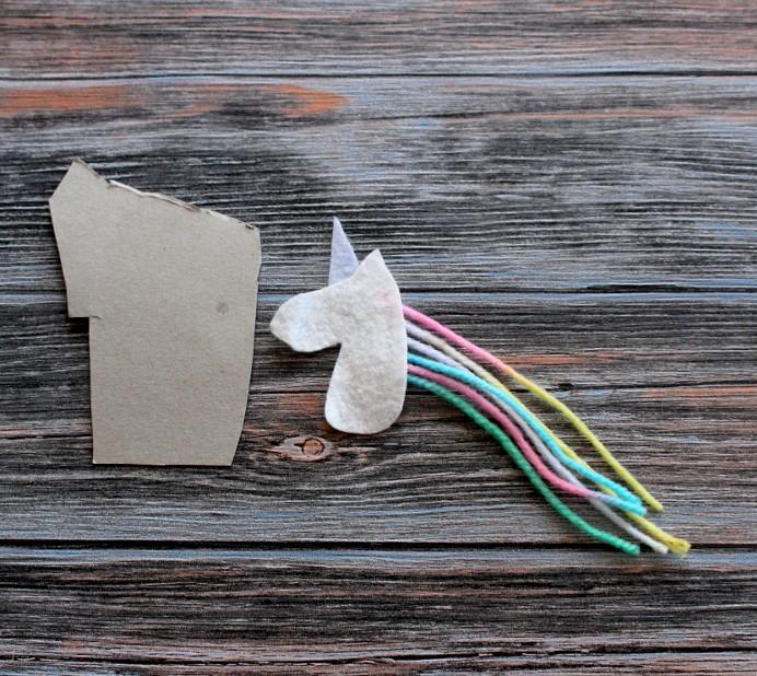 3. Schritt DIY Einhorn Pappe auf Kopf festkleben Unicorn basteln (2)