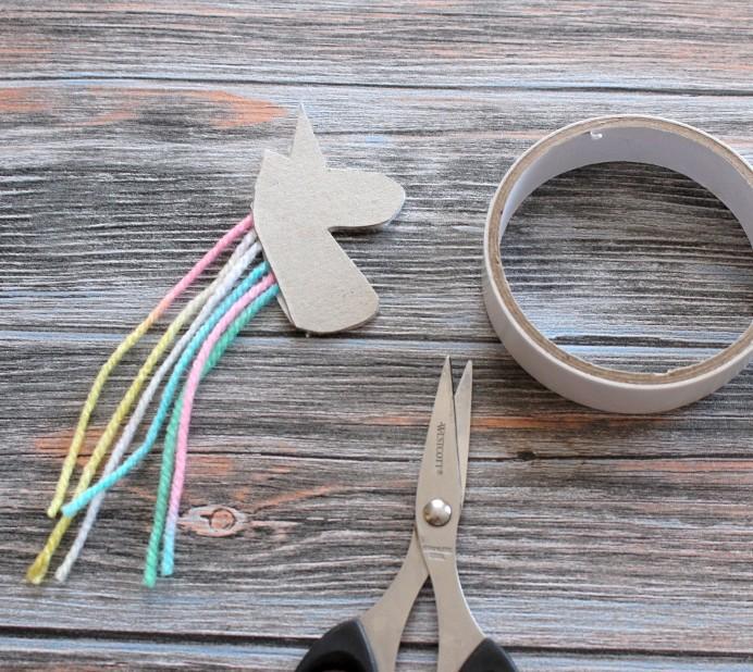 3. Schritt DIY Einhorn Pappe auf Kopf festkleben Unicorn basteln (3)