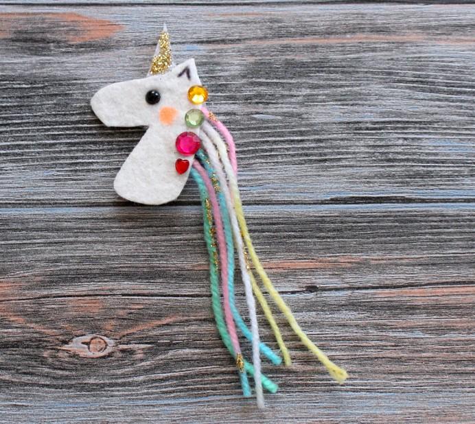 4. Schritt DIY Einhorn verzieren Unicorn basteln mit Schmucksteinen (1)