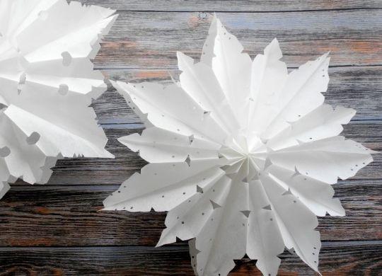 DIY Schneeblumen aus Butterbrottüten selber basteln mit Kindern