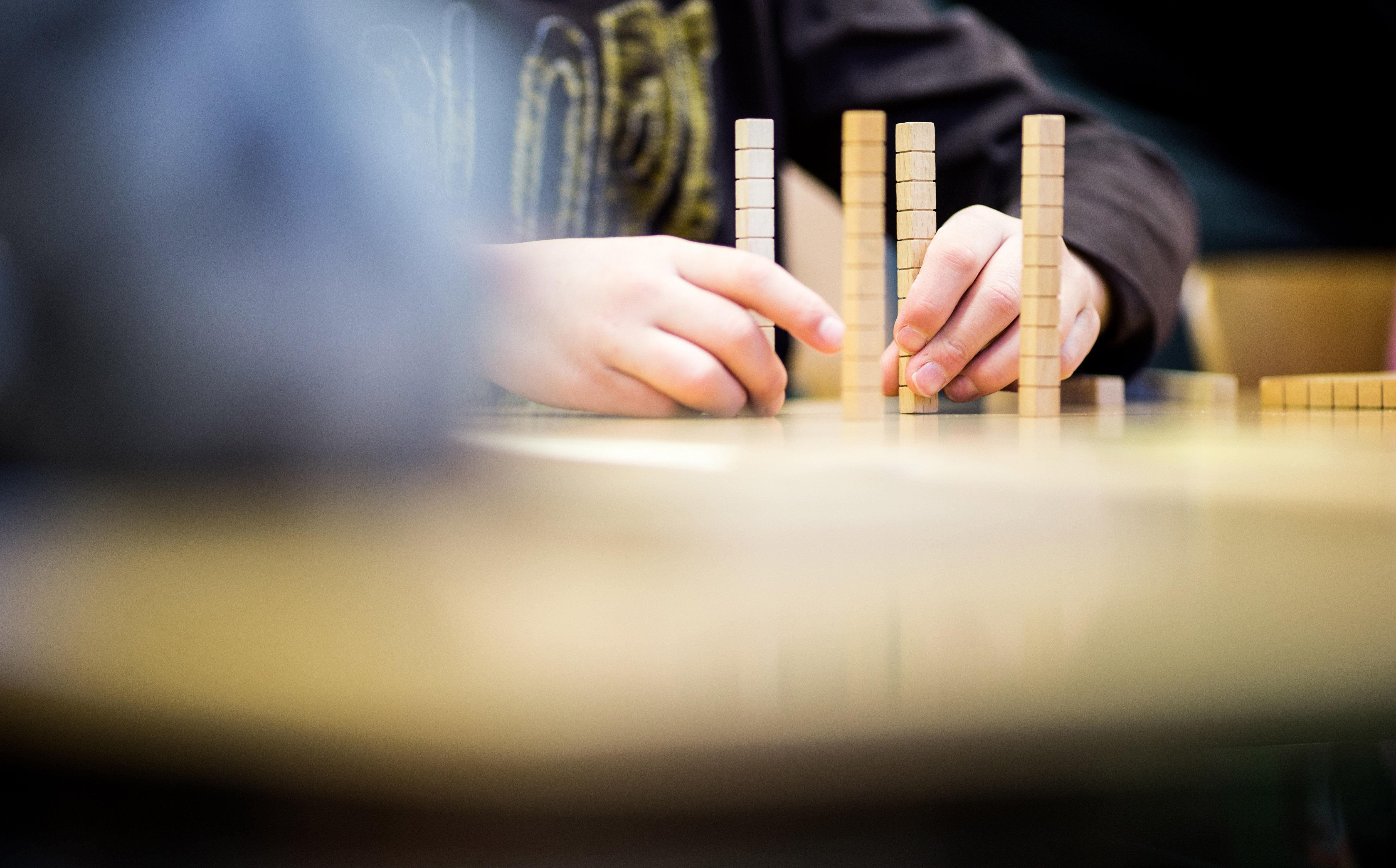 In Den Ersten Schuljahren Wird Dieses Basiswissen Erweitert, Die Kinder  Erlernen Die Grundrechenarten Und Verinnerlichen Die Basis Mathematischer  ...
