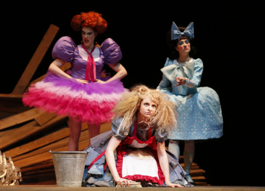 """Mitglieder des Konzerttheaters Bern bei den Proben zur Oper """"La Cenerentola"""" von Gioachino Rossini. Regie: Cordula Daeuper. Foto: Philipp Zinniker"""