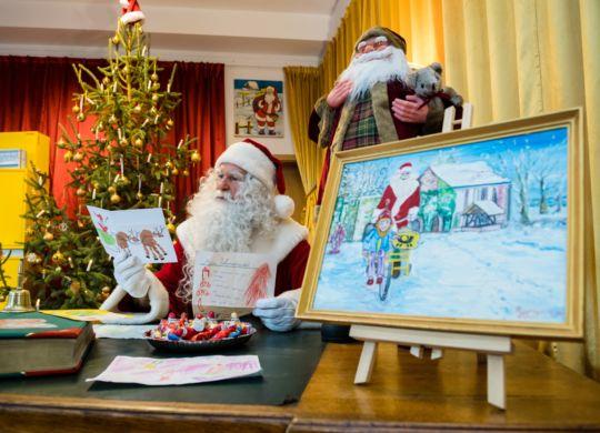 """Pressetermin """"Eröffnung der Weihnachtspostfiliale der Deutschen Post in Himmelpfort"""" aufgenommen am Mittwoch (14.11.18) in Himmelpfort.  im Foto: Weihnachtsmann liest Wunschzettel  Foto: Deutsche Post /Jens Schlueter"""