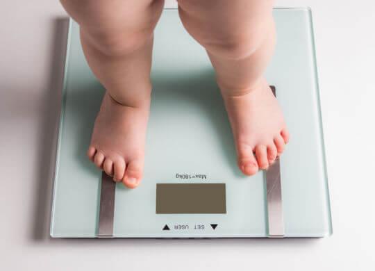 Детские ноги на весах